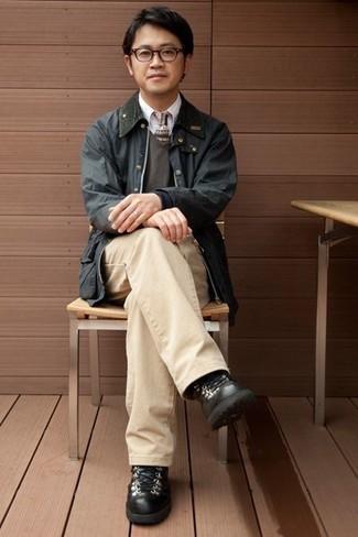 Combinar unas botas de trabajo de cuero negras: Para crear una apariencia para un almuerzo con amigos en el fin de semana usa una chaqueta con cuello y botones negra y un pantalón chino marrón claro. Si no quieres vestir totalmente formal, opta por un par de botas de trabajo de cuero negras.