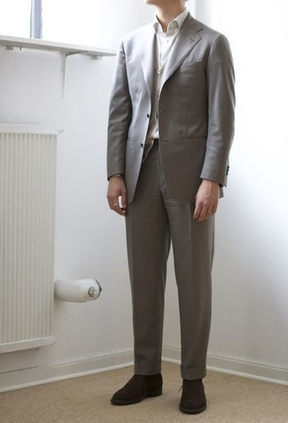 Combinar unas botas safari de ante en marrón oscuro: Emparejar un traje gris con un chaleco de punto gris es una opción grandiosa para una apariencia clásica y refinada. Mezcle diferentes estilos con botas safari de ante en marrón oscuro.