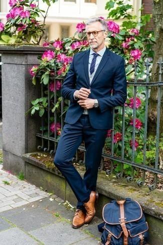 Combinar una mochila de lona azul marino: Empareja un traje azul marino junto a una mochila de lona azul marino para conseguir una apariencia relajada pero elegante. ¿Te sientes valiente? Haz zapatos derby de cuero en tabaco tu calzado.