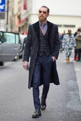Combinar una pulsera dorada: Opta por un abrigo con cuello de piel en gris oscuro y una pulsera dorada para un look agradable de fin de semana. Opta por un par de zapatos derby de cuero negros para mostrar tu inteligencia sartorial.