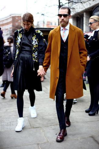 Cómo combinar: pantalón de vestir de rayas verticales azul marino, camisa de vestir blanca, chaleco de vestir de rayas verticales azul marino, abrigo largo mostaza