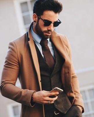 Cómo combinar: pantalón de vestir de lana en marrón oscuro, camisa de vestir celeste, chaleco de vestir de lana en marrón oscuro, abrigo largo marrón claro