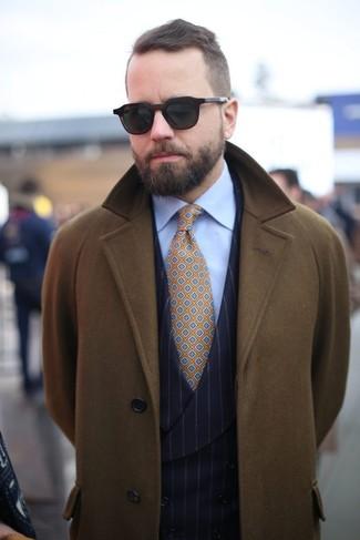 Cómo combinar: corbata estampada mostaza, camisa de vestir celeste, chaleco de vestir de rayas verticales negro, abrigo largo verde oliva