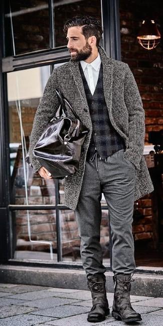 Cómo combinar: pantalón chino de lana gris, camisa de vestir blanca, chaleco de vestir de lana a cuadros en gris oscuro, abrigo largo gris