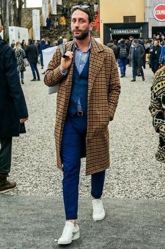 Cómo combinar: pantalón chino azul marino, camisa de vestir de cuadro vichy en blanco y azul marino, chaleco de vestir de lana azul marino, abrigo largo a cuadros marrón claro