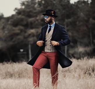 Cómo combinar: pantalón de vestir burdeos, camisa de vestir celeste, chaleco de vestir de tartán en beige, abrigo largo azul marino