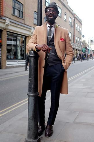 Combinar un chaleco de vestir en gris oscuro en clima fresco: Utiliza un chaleco de vestir en gris oscuro y un pantalón de vestir azul marino para rebosar clase y sofisticación. ¿Quieres elegir un zapato informal? Usa un par de zapatos con doble hebilla de cuero burdeos para el día.
