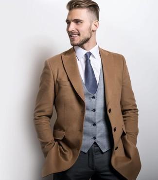 Combinar un pantalón de vestir en gris oscuro: Haz de un abrigo largo marrón claro y un pantalón de vestir en gris oscuro tu atuendo para rebosar clase y sofisticación.