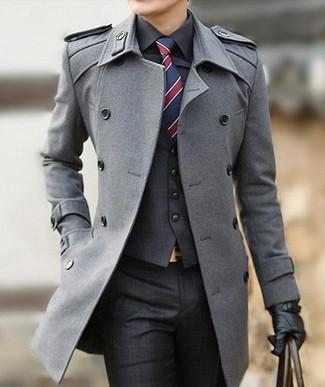 Cómo combinar: pantalón de vestir de tartán en gris oscuro, camisa de vestir negra, chaleco de vestir de tartán en gris oscuro, abrigo largo gris