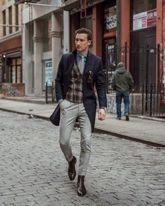 Combinar unos botines chelsea de cuero en marrón oscuro: Opta por un abrigo largo negro y un pantalón chino gris para un lindo look para el trabajo. Dale onda a tu ropa con botines chelsea de cuero en marrón oscuro.
