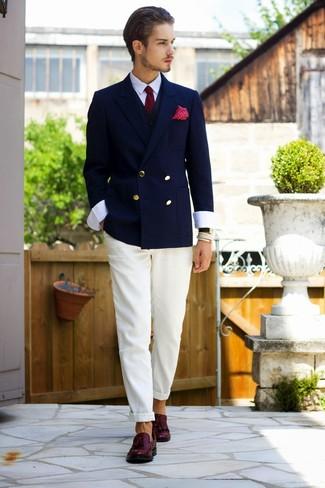 Cómo combinar: pantalón chino blanco, camisa de vestir blanca, chaleco de vestir negro, blazer cruzado azul marino