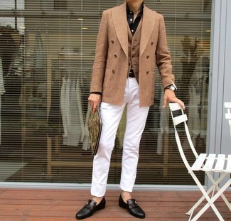 Combinar un blazer cruzado en beige: Considera emparejar un blazer cruzado en beige con un pantalón chino blanco para el after office. Elige un par de mocasín de cuero negro para mostrar tu inteligencia sartorial.
