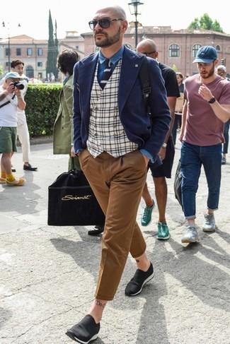 Combinar un blazer cruzado de lana azul marino: Si buscas un look en tendencia pero clásico, equípate un blazer cruzado de lana azul marino junto a un pantalón chino marrón. ¿Quieres elegir un zapato informal? Opta por un par de zapatillas slip-on negras para el día.
