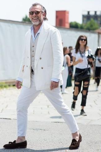 Look de moda: Pantalón chino blanco, Camisa de vestir celeste, Chaleco de vestir en beige, Blazer cruzado blanco