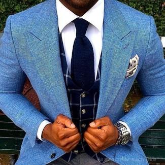 Cómo combinar: pantalón de vestir en gris oscuro, camisa de vestir blanca, chaleco de vestir a cuadros azul marino, blazer celeste