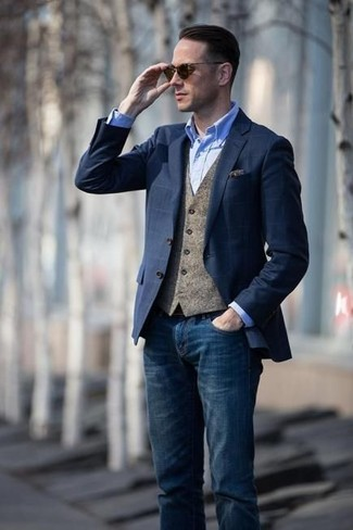 Cómo combinar: vaqueros azul marino, camisa de vestir de cambray celeste, chaleco de vestir de lana marrón, blazer a cuadros azul marino