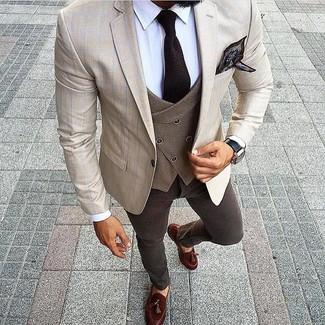 Cómo combinar: vaqueros en marrón oscuro, camisa de vestir blanca, chaleco de vestir de lana marrón, blazer a cuadros en beige