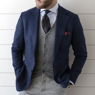 Cómo combinar: pantalón de vestir de lana gris, camisa de vestir de rayas verticales blanca, chaleco de vestir gris, blazer de lana azul marino