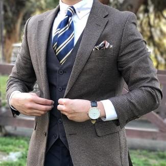 Cómo combinar: pantalón de vestir en gris oscuro, camisa de vestir blanca, chaleco de vestir en gris oscuro, blazer a cuadros marrón