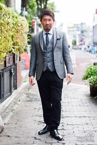 Cómo combinar: pantalón de vestir negro, camisa de vestir blanca, chaleco de vestir gris, blazer gris