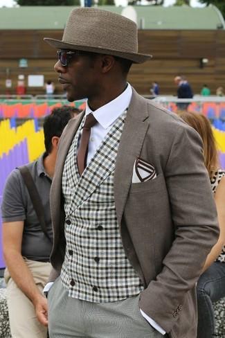 Cómo combinar: pantalón de vestir gris, camisa de vestir blanca, chaleco de vestir de cuadro vichy marrón, blazer marrón