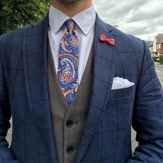 Cómo combinar: corbata de paisley azul marino, camisa de vestir blanca, chaleco de vestir verde oliva, blazer a cuadros azul marino