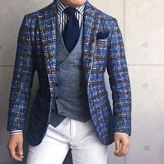 Cómo combinar: pantalón chino de pana blanco, camisa de vestir de rayas verticales en blanco y negro, chaleco de vestir de lana de tartán gris, blazer de tweed azul