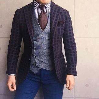 Cómo combinar: pantalón de vestir azul marino, camisa de vestir de rayas verticales en blanco y negro, chaleco de vestir de lana de tartán gris, blazer de lana a cuadros en marrón oscuro