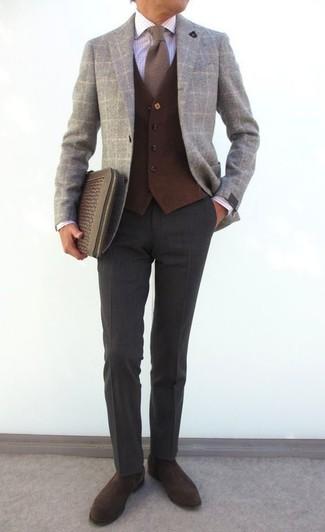 Cómo combinar: pantalón de vestir de lana en gris oscuro, camisa de vestir a cuadros blanca, chaleco de vestir de lana en marrón oscuro, blazer de lana a cuadros gris