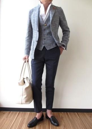 Cómo combinar: pantalón de vestir azul marino, camisa de vestir blanca, chaleco de vestir gris, blazer gris