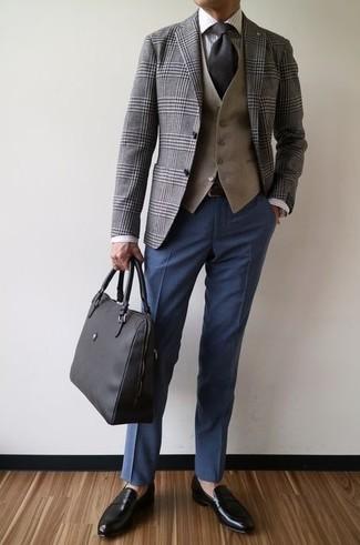 Cómo combinar: pantalón de vestir azul marino, camisa de vestir de rayas verticales blanca, chaleco de vestir marrón claro, blazer de tartán gris