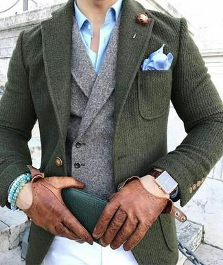Cómo combinar: pantalón chino blanco, camisa de vestir celeste, chaleco de vestir de lana gris, blazer de lana verde oscuro