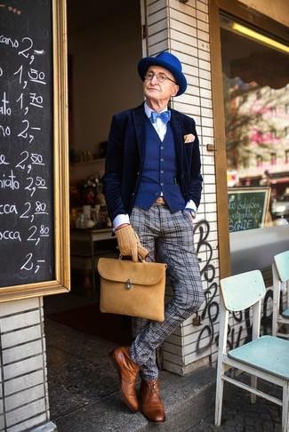 Cómo combinar: pantalón de vestir de lana de tartán gris, camisa de vestir blanca, chaleco de vestir azul, blazer de terciopelo azul marino