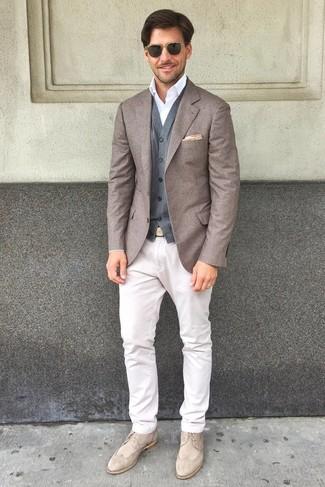 Combinar un chaleco de vestir de lana gris: Elige un chaleco de vestir de lana gris y un pantalón chino blanco para rebosar clase y sofisticación. Este atuendo se complementa perfectamente con zapatos brogue de ante en beige.