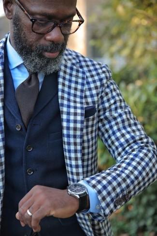 Cómo combinar: corbata en marrón oscuro, camisa de vestir celeste, chaleco de vestir de lana azul marino, blazer de lana de cuadro vichy en azul marino y blanco