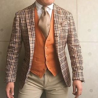 Cómo combinar: pantalón de vestir en beige, camisa de vestir blanca, chaleco de vestir de lana naranja, blazer de lana de tartán naranja