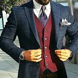 Cómo combinar: pantalón de vestir en marrón oscuro, camisa de vestir blanca, chaleco de vestir de lana a cuadros burdeos, blazer de tweed azul marino