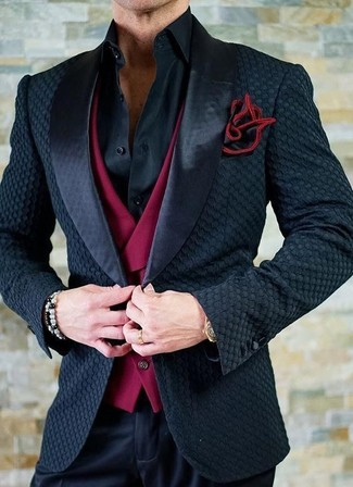 Combinar un pañuelo de bolsillo rojo en otoño 2020: Equípate un blazer de satén negro junto a un pañuelo de bolsillo rojo transmitirán una vibra libre y relajada. ¿Buscas un atuendo apto para tus días de otoño? No busque  más : esta es una solución ideal.
