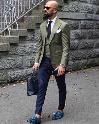 Cómo combinar: pantalón de vestir azul marino, camisa de vestir blanca, chaleco de vestir verde oliva, blazer verde oliva