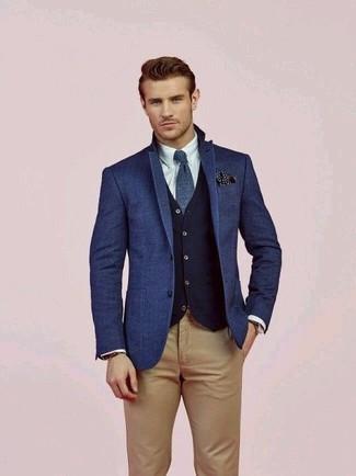 Cómo combinar: pantalón chino marrón claro, camisa de vestir blanca, chaleco de vestir de lana azul marino, blazer de lana azul