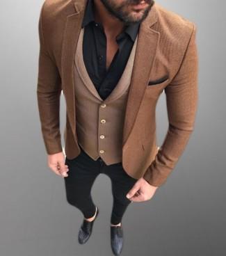 Cómo combinar: vaqueros pitillo negros, camisa de vestir negra, chaleco de vestir de lana marrón, blazer de lana marrón