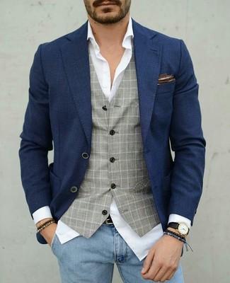 Cómo combinar: vaqueros pitillo celestes, camisa de vestir blanca, chaleco de vestir a cuadros gris, blazer azul marino