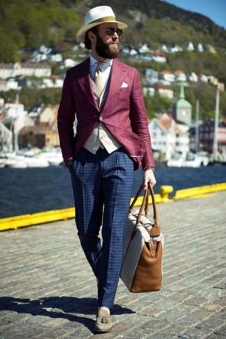 Cómo combinar: pantalón de vestir a cuadros azul marino, camisa de vestir blanca, chaleco de vestir en beige, blazer burdeos