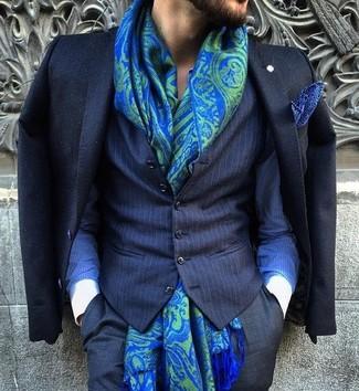 Cómo combinar: pantalón de vestir negro, camisa de vestir de rayas verticales azul, chaleco de vestir de rayas verticales azul marino, blazer negro