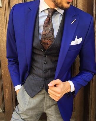 Cómo combinar: pantalón de vestir gris, camisa de vestir de rayas verticales celeste, chaleco de vestir de rayas verticales negro, blazer en violeta