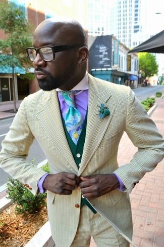 Cómo combinar: pantalón de vestir a cuadros amarillo, camisa de vestir morado, chaleco de vestir verde oscuro, blazer a cuadros amarillo