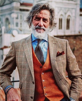 Cómo combinar: corbata a lunares en negro y blanco, camisa de vestir celeste, chaleco de vestir de lana naranja, blazer a cuadros marrón