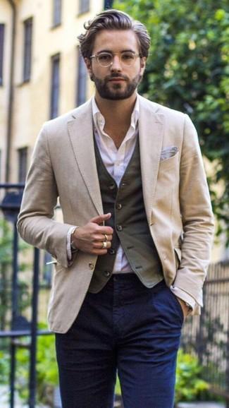 Cómo combinar: pantalón chino azul marino, camisa de vestir violeta claro, chaleco de vestir en gris oscuro, blazer en beige