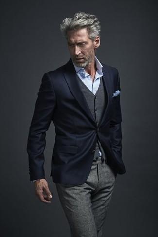 Cómo combinar: pantalón de vestir de lana gris, camisa de vestir celeste, chaleco de vestir de lana gris, blazer azul marino