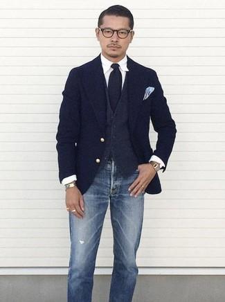 Cómo combinar: vaqueros desgastados azules, camisa de vestir blanca, chaleco de vestir de lana en gris oscuro, blazer de lana azul marino